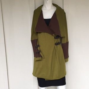 IN 2 Moda- small green jacket with buckle detail